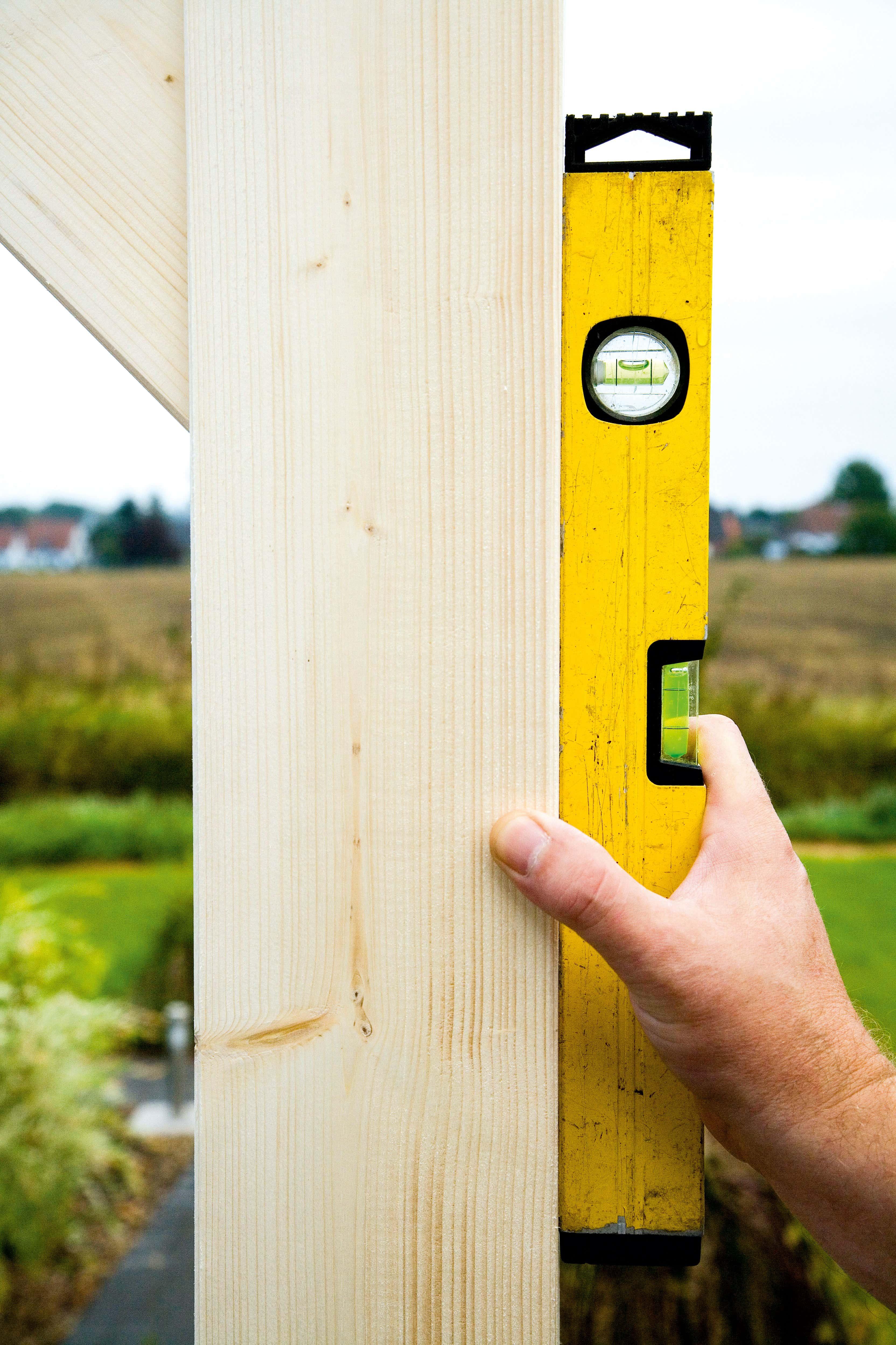 TerrassenUberdachung Holz Aufbau ~ Nun stellen Sie das Grundgerüst Die Pfosten werden dabei genau