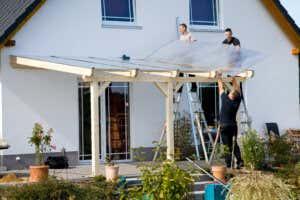 Terrassenüberdachung Leimholz Plexiglasdach anbringen