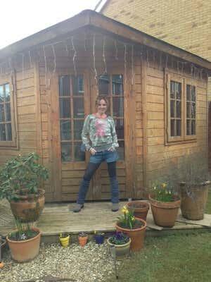 Geri Halliwell vor dem magischen Gartenhaus.
