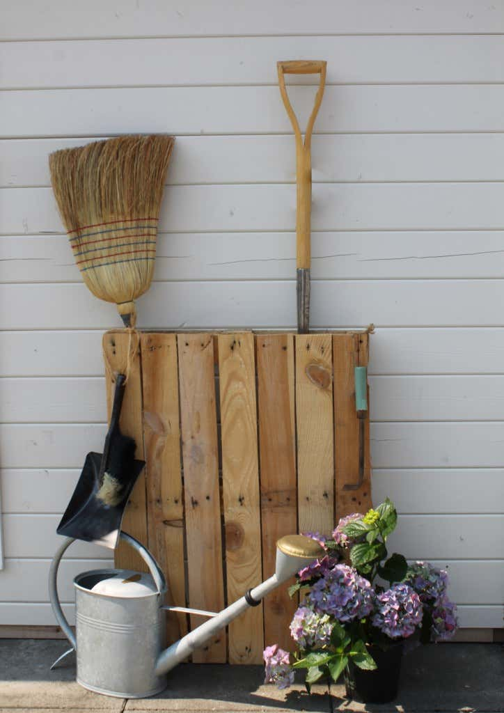 stauraum im gartenhaus schaffen kreative werkzeugaufbewahrung. Black Bedroom Furniture Sets. Home Design Ideas
