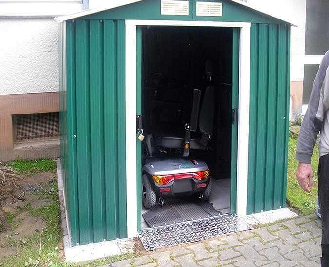 Metallgerätehaus als Garage für E-Scooter