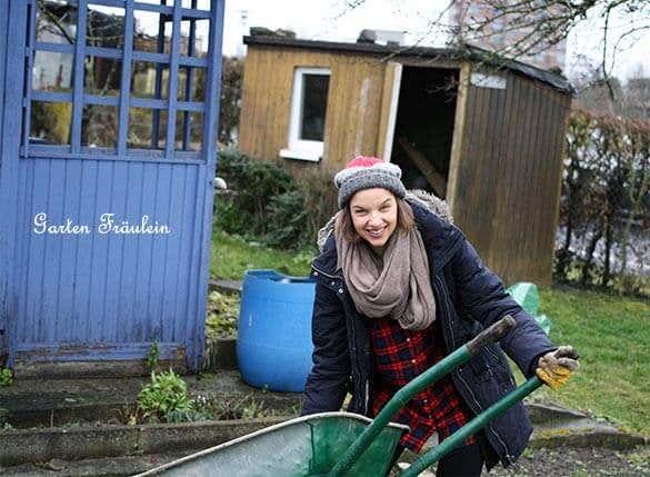 Das Garten-Fräulein bei der Gartenarbeit