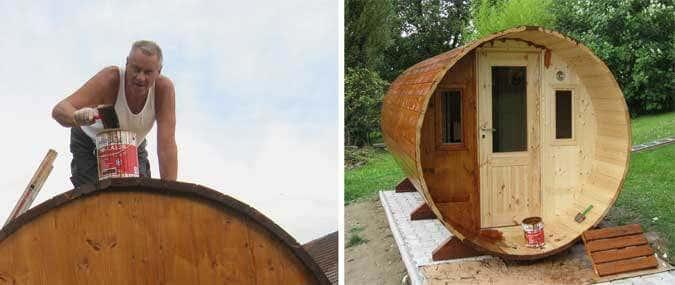 Die Fass-Sauna wird angestrichen