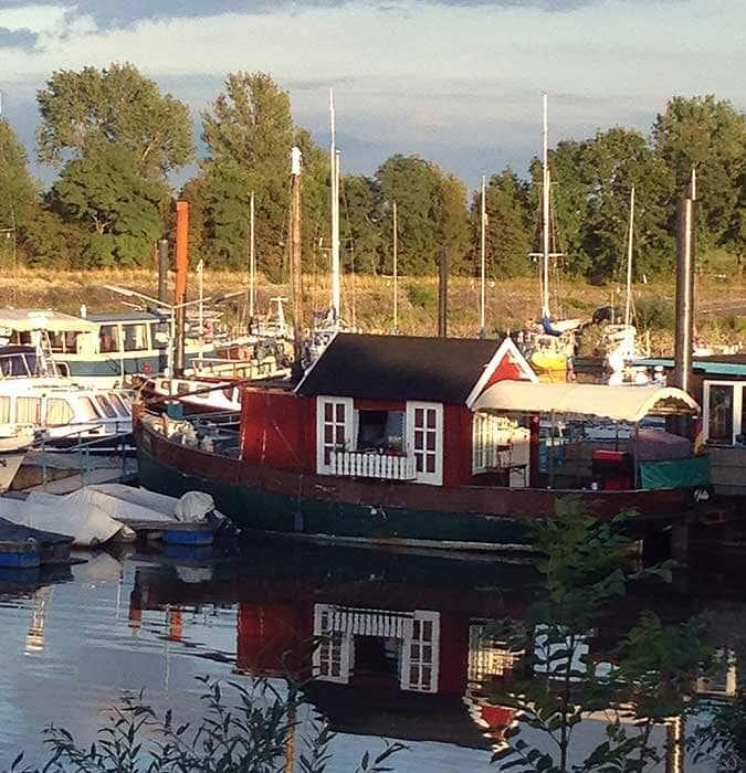 Gartenhaus-Hausboot im Hafen
