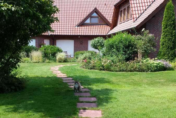 Gartenweg zum Haus