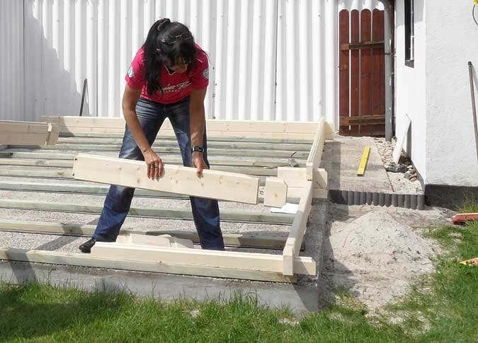 gartenhausaufbau-holzbohlen