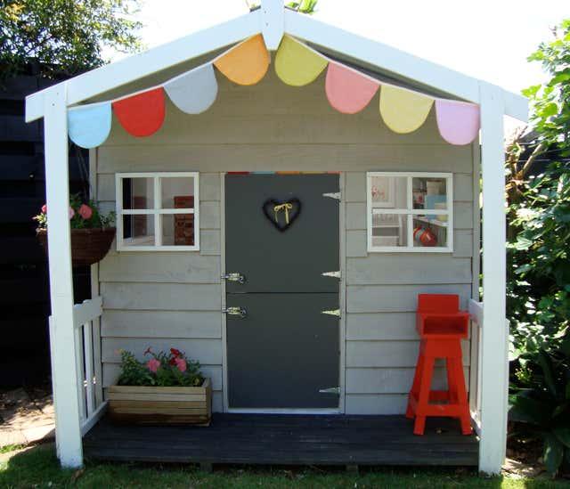 Spielhaus-mit-Wimpelkette-außen