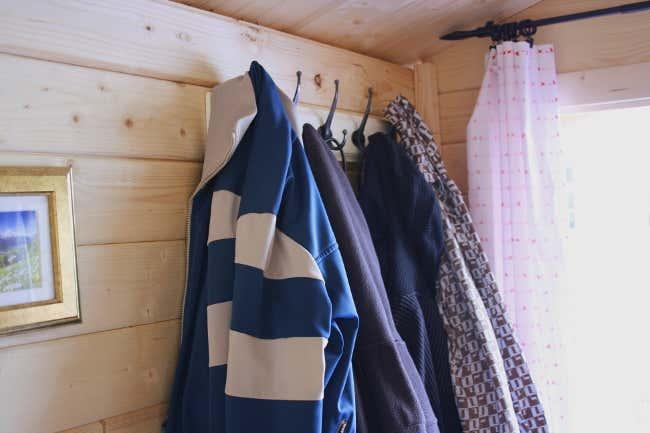 Kleiderhaken in Tommys Gartenhaus