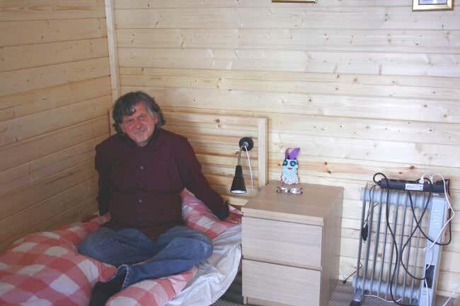 Tommy Schmidt Auf Dem Bett Seines Gartenhauses