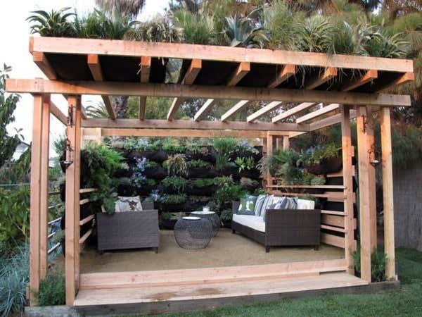 Terrassenüberdachung mit vertikalen Gärten