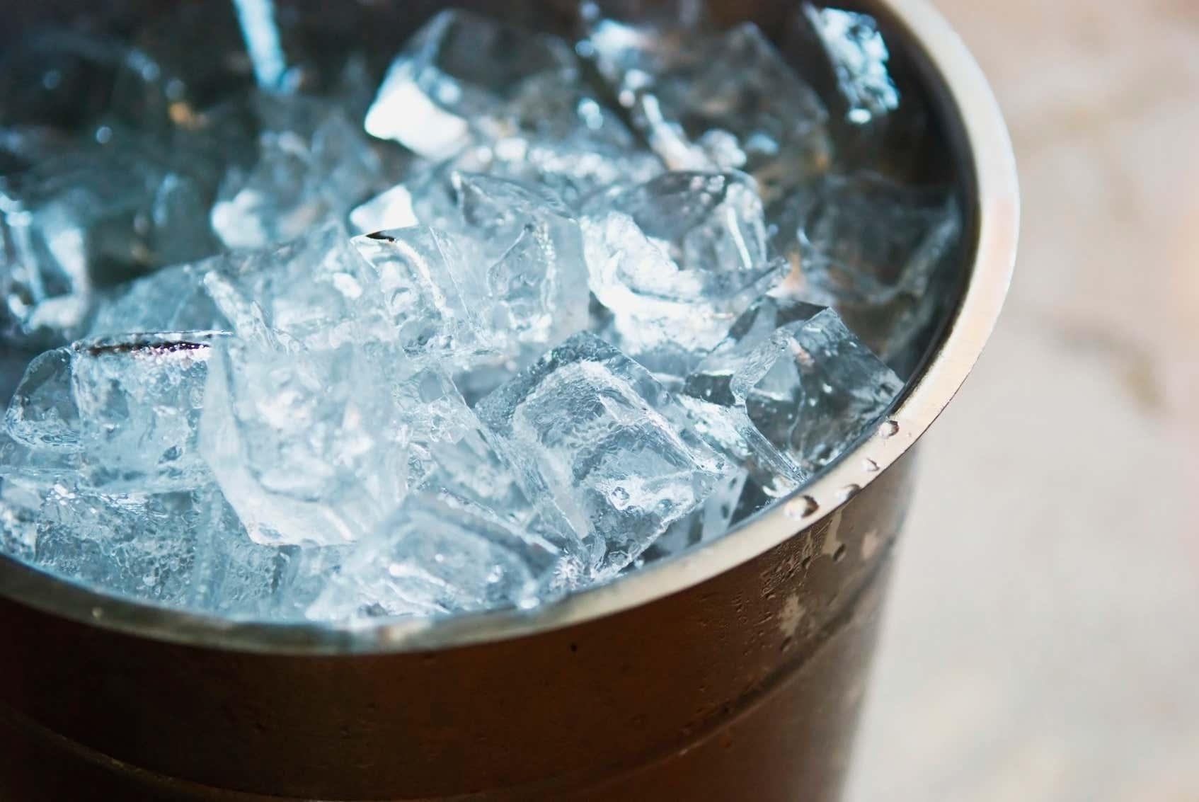 Eimer mit Eiswürfeln