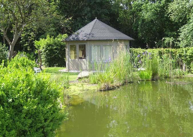 Ein Gartenpavillon sieht nicht nur wunderschön aus, sondern kann gleichzeitig auch das neue Zuhause für Ihre Laufenten werden.
