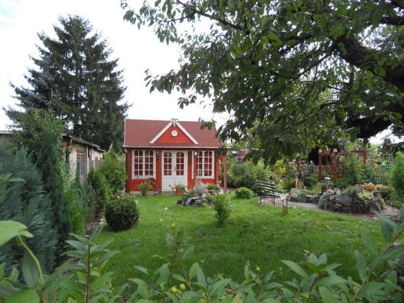 clockhouse gartenhaus rot im garten - Romantische Garten Gestalten