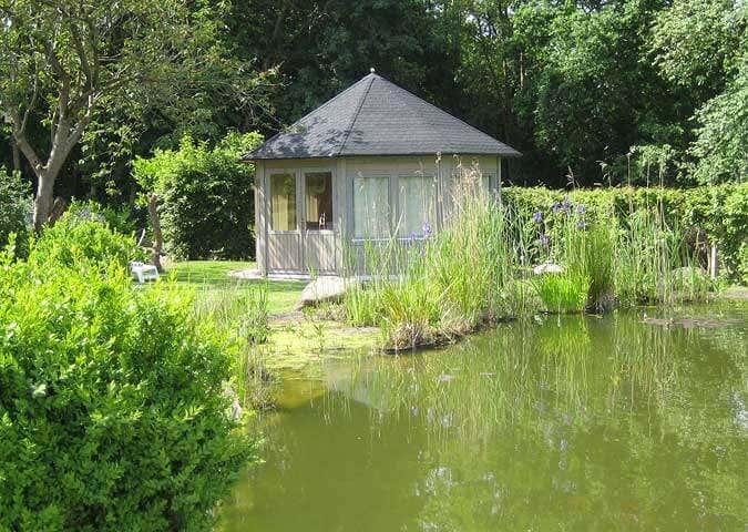 idylle am teich gartenpavillon baltrum wird aufgebaut. Black Bedroom Furniture Sets. Home Design Ideas