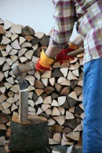 Wer fit ist, kann Brennholz auch mit der Axt spalten.