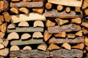 Lagert Man Brennholz Ohne Stapelhilfe So Sorgen Versetzte Reihen Fr Die Ntige Stabilitt