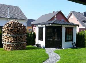 Feuerholz kann man auch zur Holzmiete stapeln und lagern.