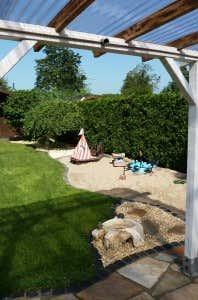 Gut platziert: Der Sandkasten liegt neben der Terrasse.