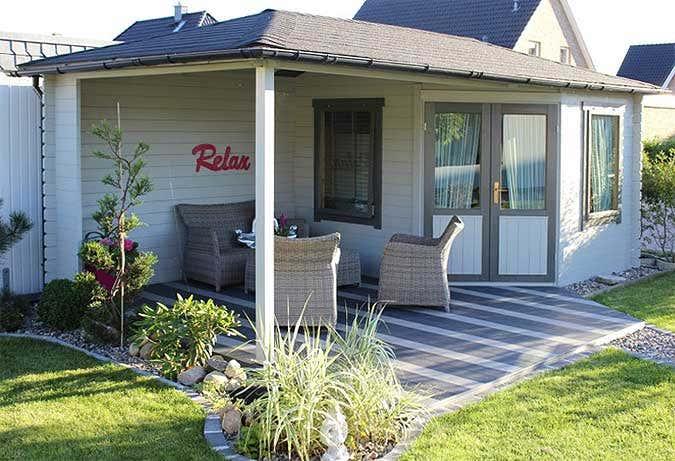 kleines gartenhaus mit terrasse