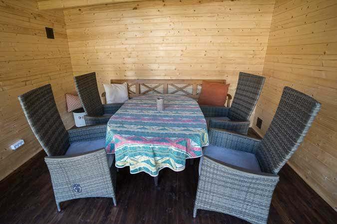 kreative idee gartenhaus eingebaut in einer alten scheune. Black Bedroom Furniture Sets. Home Design Ideas