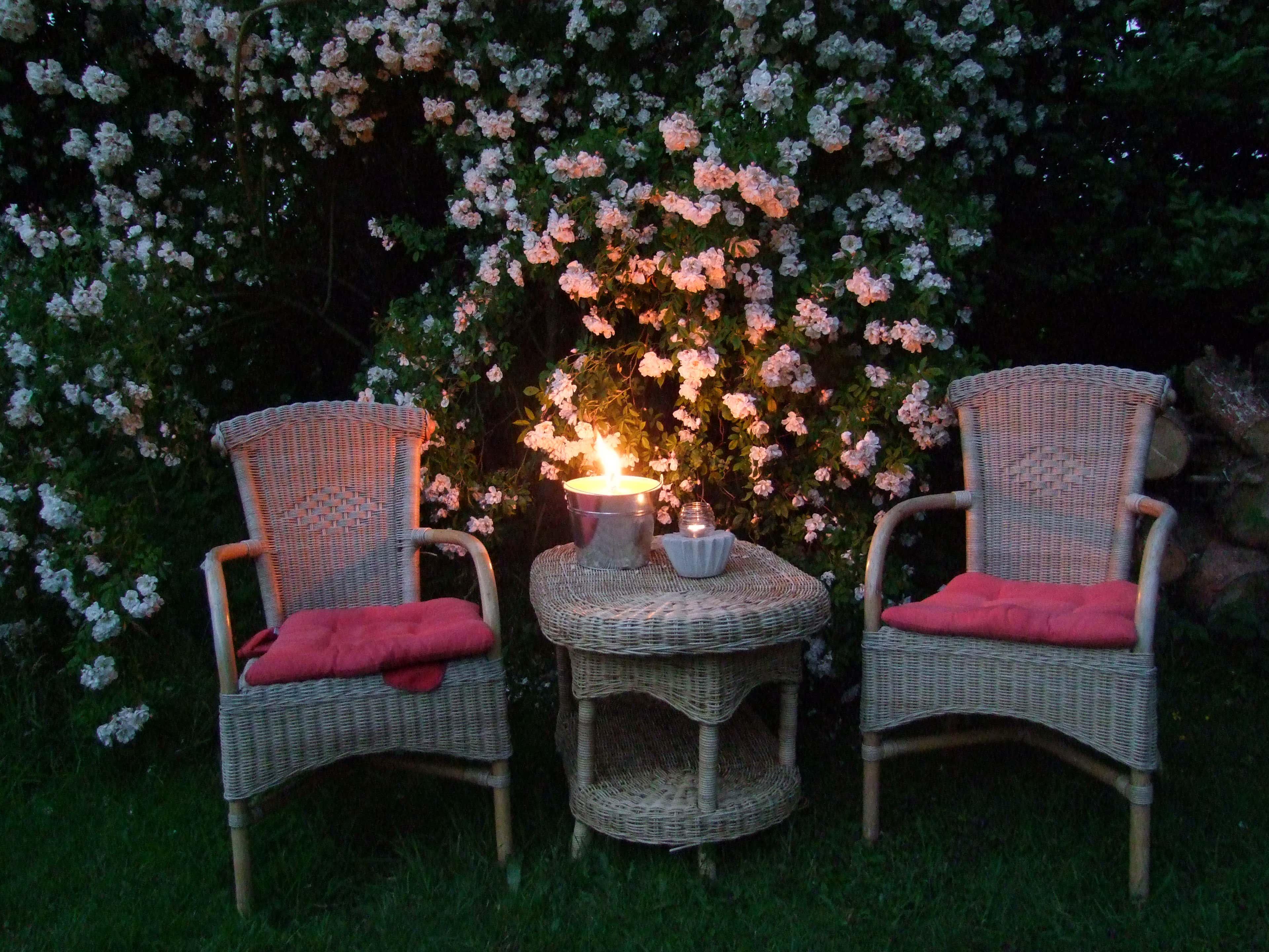 Romantik pur – diese Sitzecke würde auch perfekt ins Susans rosa Gartentraum passen.
