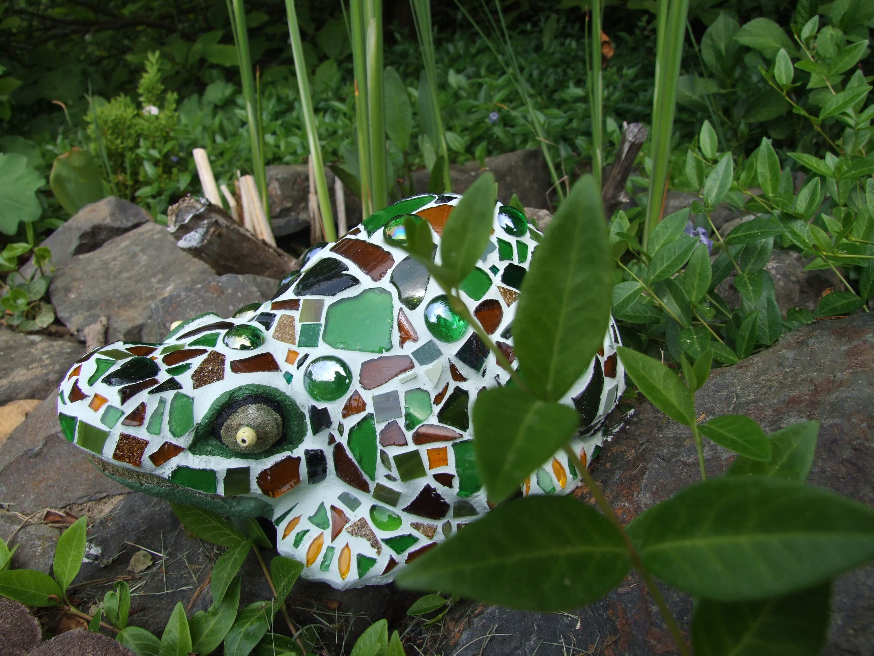 Der perfekte Platz für den Mosaik-Frosch? Natürlich nah am Miniteich, wo auch die echten Frösche sitzen.