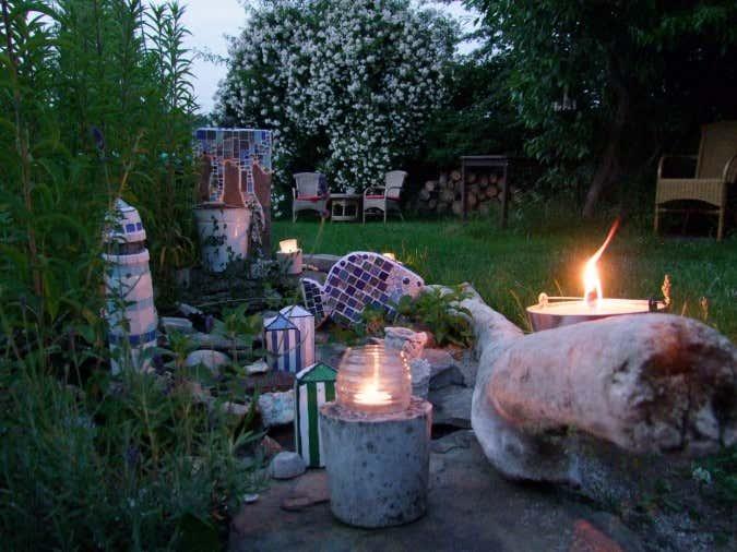 Zwischen den Büschen von Kerstins blumigem Garten verstecken sich allerlei Mosaik-Kunstwerke.