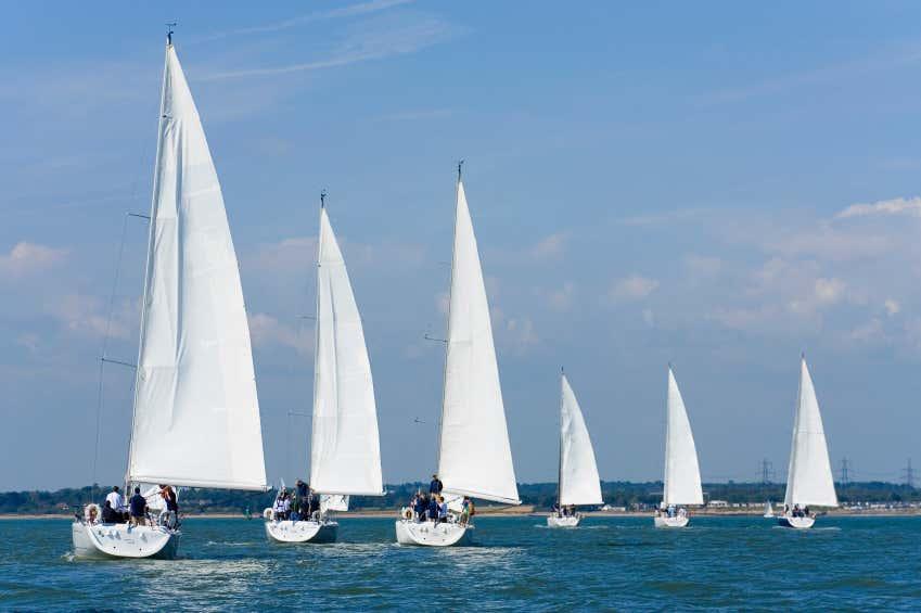 Weiße Segelboote auf dem Meer