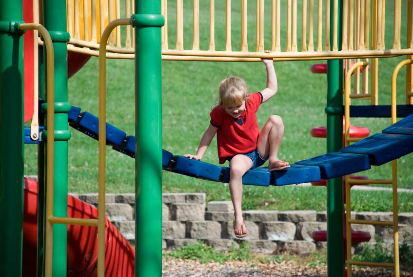 Klettergerüst Abstand Grundstücksgrenze : Kindgerechter garten: sicherheit beim spielen und toben!