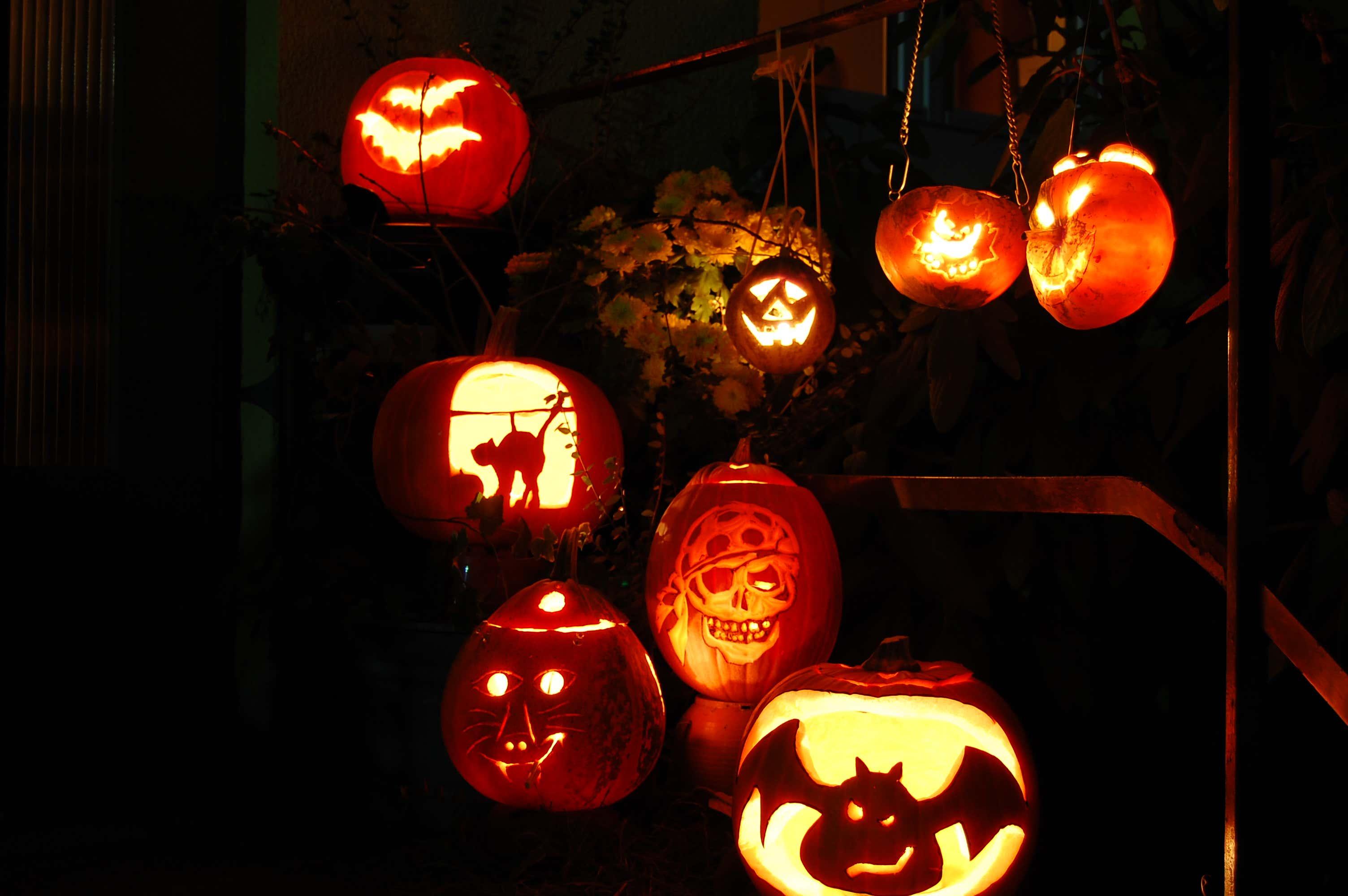 Kuerbisse-leuchtend-halloween