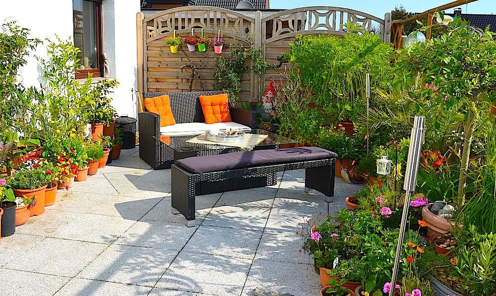 Arianes Terrasse – dank der vielen Blüten kommen Schmetterlinge gerne zu Besuch.