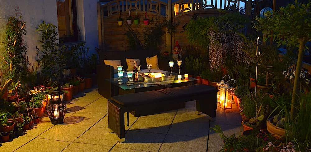 Auch nachts ist es auf Arianes Terrasse dank geschmackvoller Beleuchtung gemütlich.