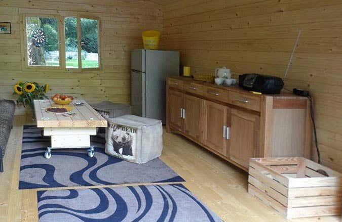 ein gartenhaus mit faltt r und extra fenster zum entspannen. Black Bedroom Furniture Sets. Home Design Ideas