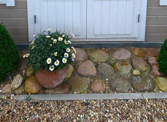 naturstein-streifen-um-gartenhaus