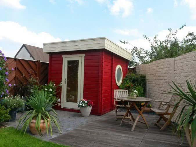 Nicht jedes Gartenhäuschen darf – so wie dieses hier – direkt an Nachbars Zaun gebaut werden.