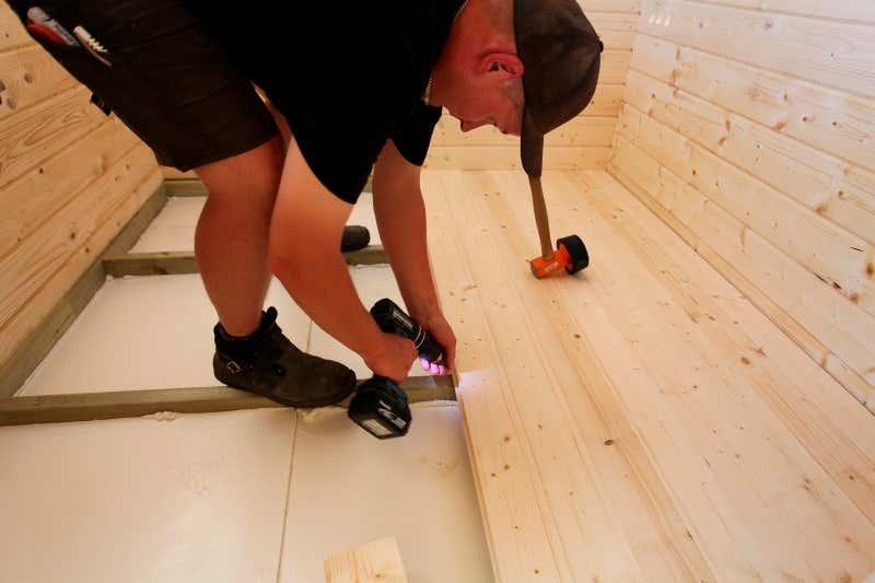 Holzdämmung für den Gartenhaus-Boden