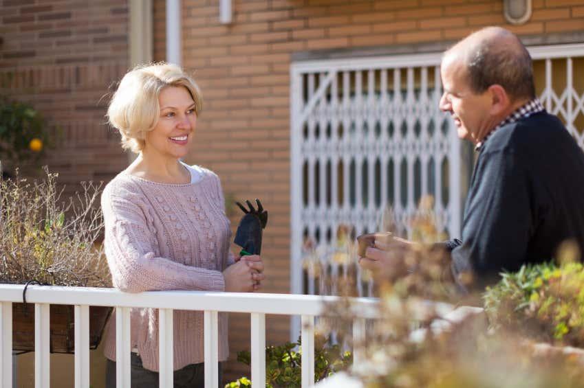 Damit das Verhältnis zu den Nachbarn ungetrübt bleibt und alle ihren Garten weiterhin genießen können: Weihen Sie die Nachbarn im Voraus in Ihre Pläne ein!