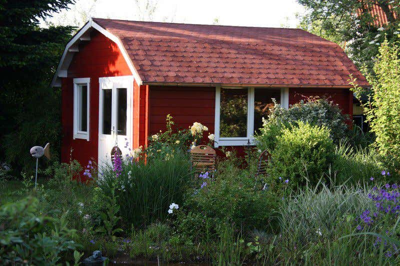 Gartenhaus schwedischer stil  Schwedenrot & stilvoll: Die schönsten Schwedenhaus-Gartenhäuser