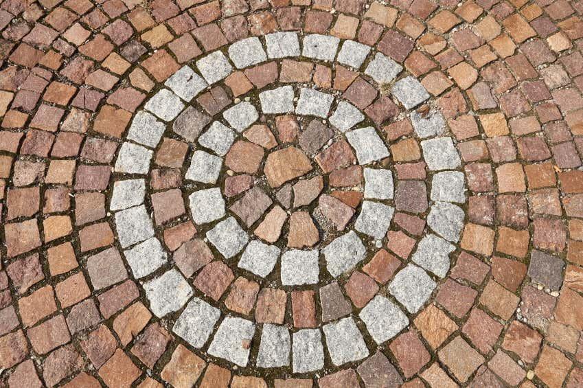 Mit Pflastersteinen lassen sich auch Muster legen