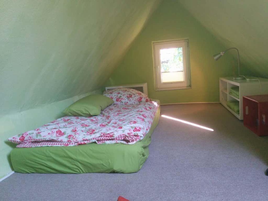 Sylvias Schlafboden im Gartenhaus – Durch das Fenster und die hell gestrichenen Wände wirkt der Boden größer und luftiger.