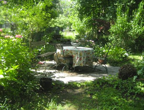 Sitzgelegenheit im Schattengarten