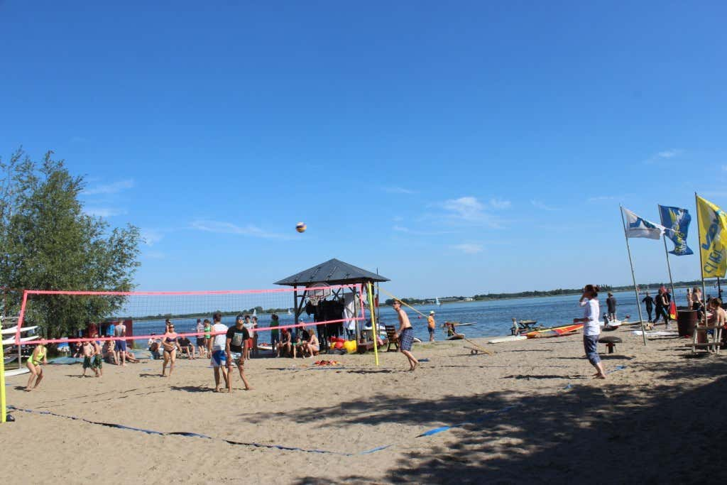 Windsegeln, Wakeboard oder Beach Volleyball – im Surfcamp wird keinem Urlauber langweilig.