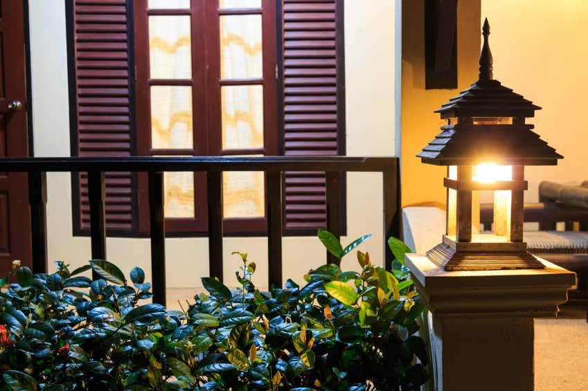 Brennendes Licht in Haus und Garten