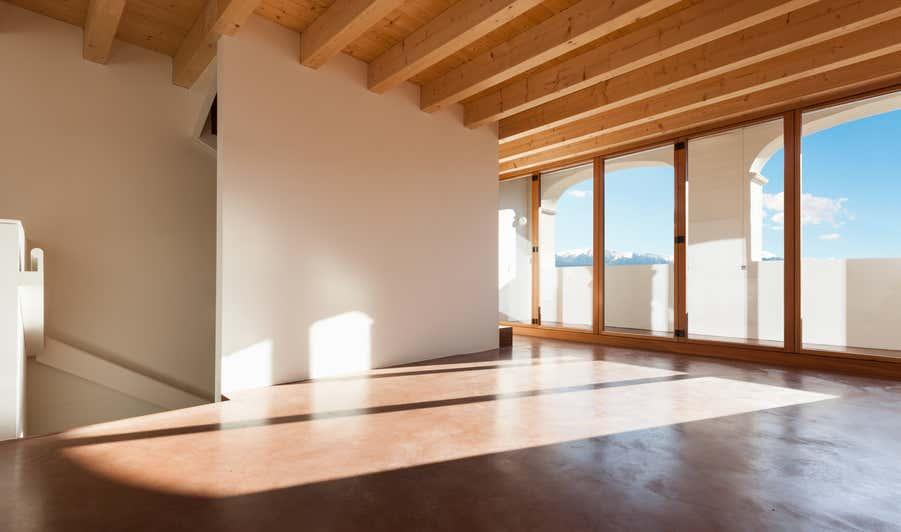 Raum mit großen Fenstern, in welches die Sonne scheint.