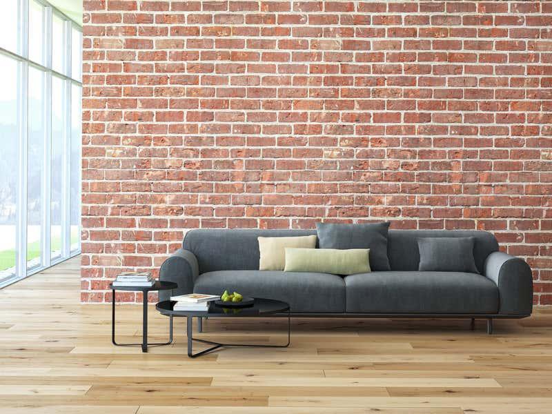 Moderner Raum mit Steinwand und Holzboden