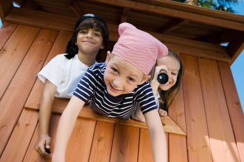 Spielende Kinder im Kinderspielhaus