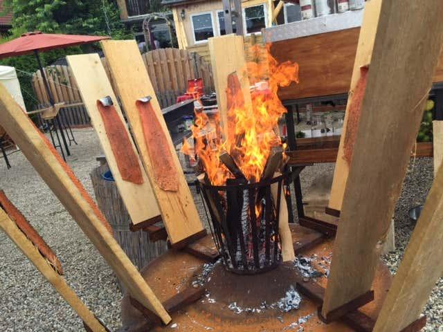Lachs wird am offenen Feuer gegart