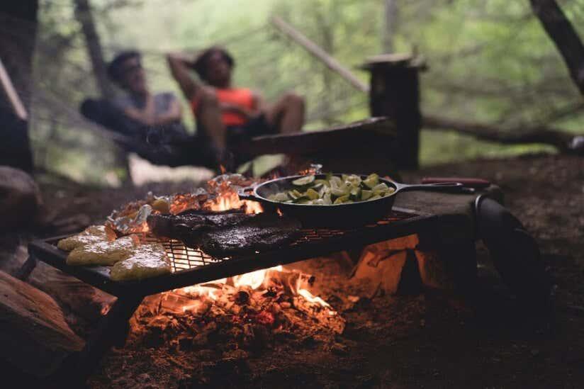 Essen zubereiten am Lagerfeuer im Wald