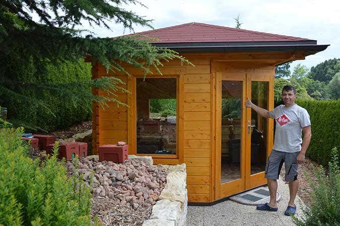 Der Bienenzüchter und sein Bienenhaus