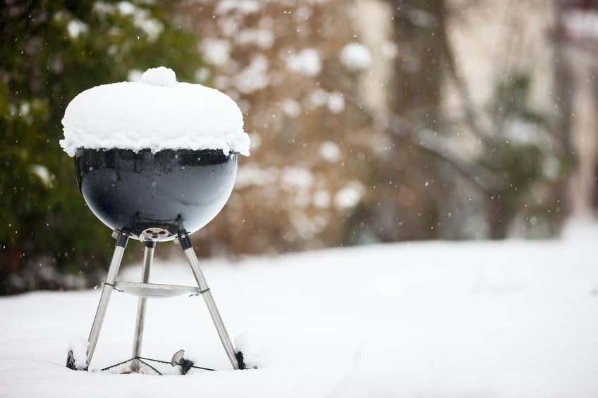 Schneebedeckter Grill